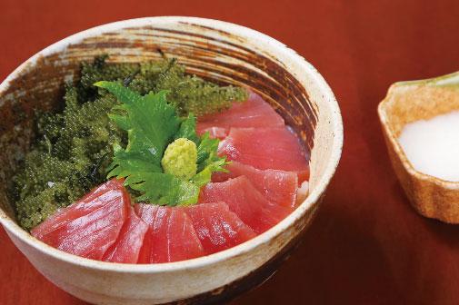 マグロと海ぶどうの山かけ丼の写真