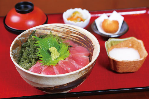 マグロと海ぶどうの山かけ丼定食の写真